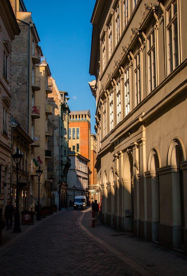 Rua estreita velha em Budapest, Hungria fotos de stock royalty free