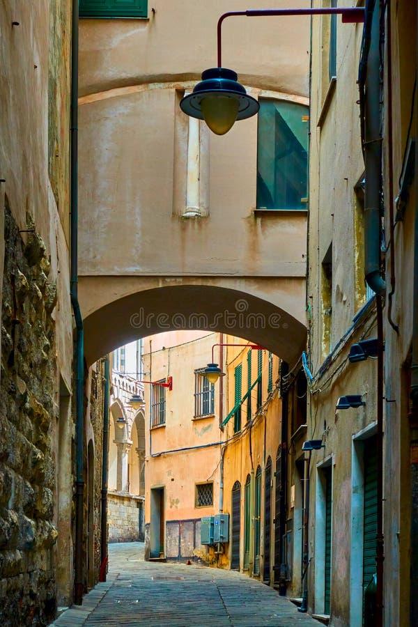 Rua estreita velha em Genoa imagens de stock royalty free
