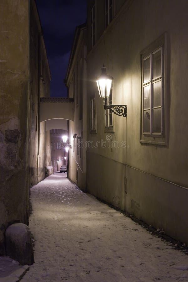 Rua estreita velha no inverno e na noite, Praga, república checa fotografia de stock royalty free