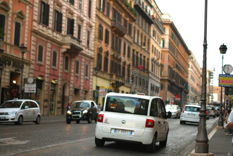 Rua europeia, carro branco, táxi, Roma fotografia de stock