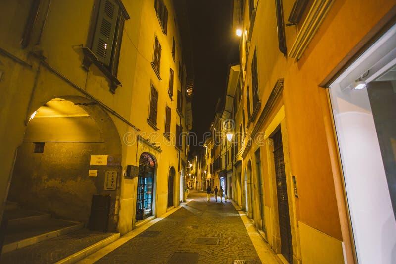 Rua europeia velha com arquitetura em Italia na noite nas costas do lago Lago di garda foto de stock