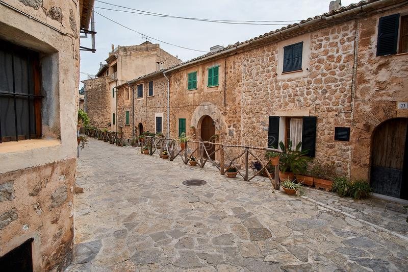 Rua europeia velha decorada com a cidade das flores frescas de Valldemossa Palma de Mallorca spain imagem de stock
