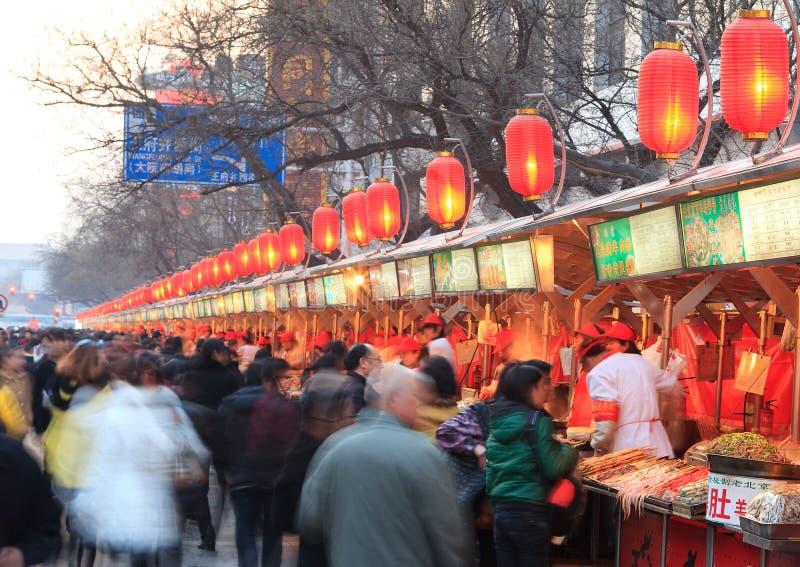 Rua famosa do petisco de Wangfujing em Beijing, China fotografia de stock