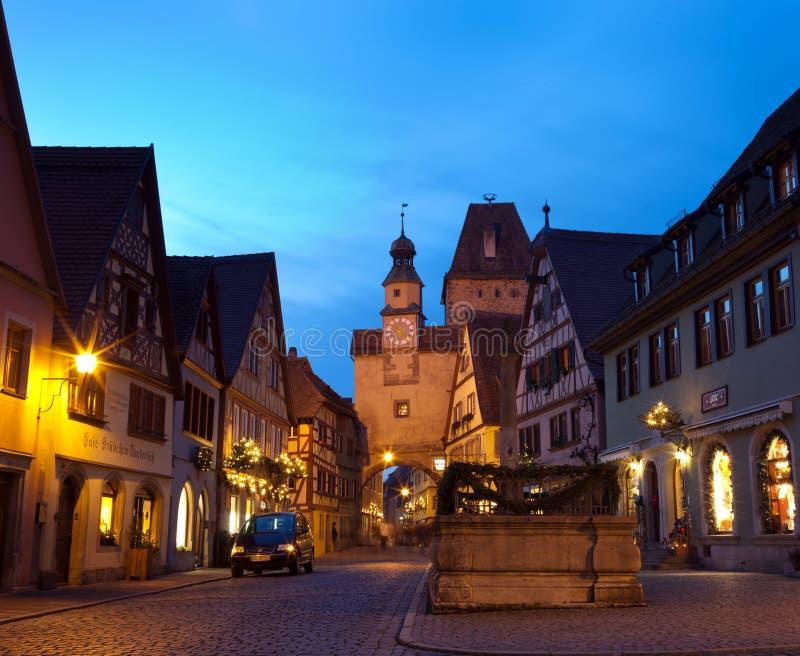 Rua famosa na noite no der Tauber do ob de Rothenburg imagem de stock