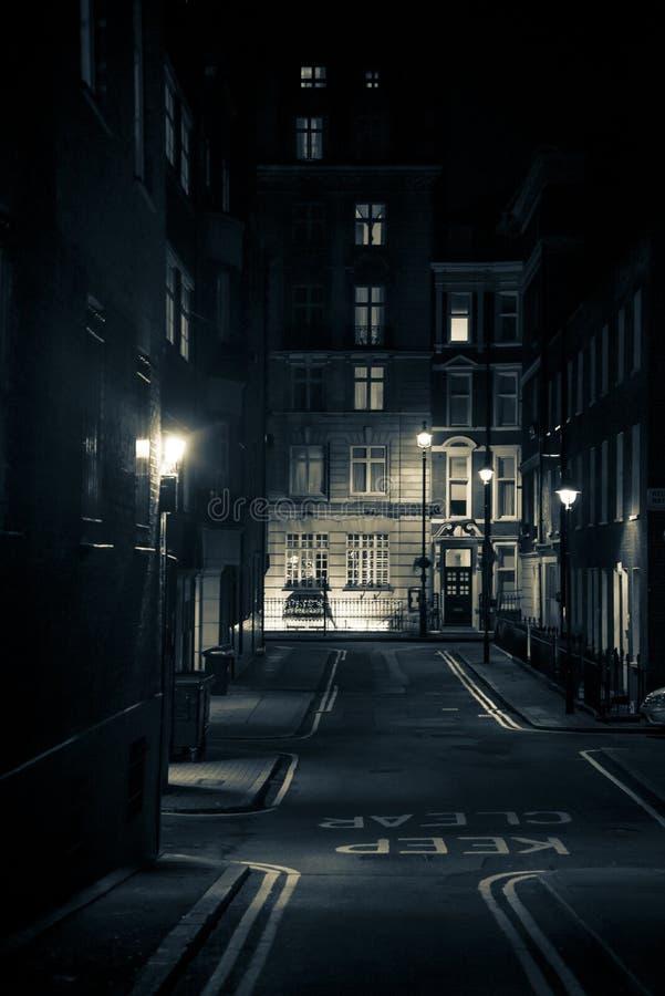Rua fino vazia na noite, cidade de Westminster, Londres, Reino Unido fotografia de stock