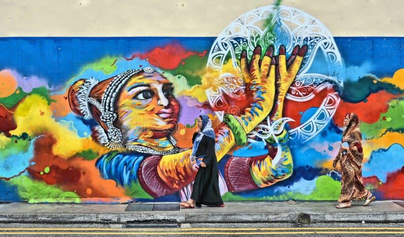 Rua grande da cidade com a mulher indiana no distrito pequeno colorido de india na metrópole asiática Singapura imagens de stock