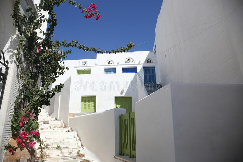 Rua grega típica da ilha em Tinos, Grécia foto de stock