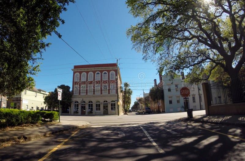 Rua histórica de George St e da reunião, Charleston, SC imagens de stock