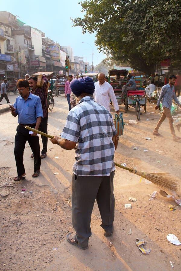 Rua indiana da limpeza do homem após a celebração de Guru Nanak Gurpurab fotos de stock