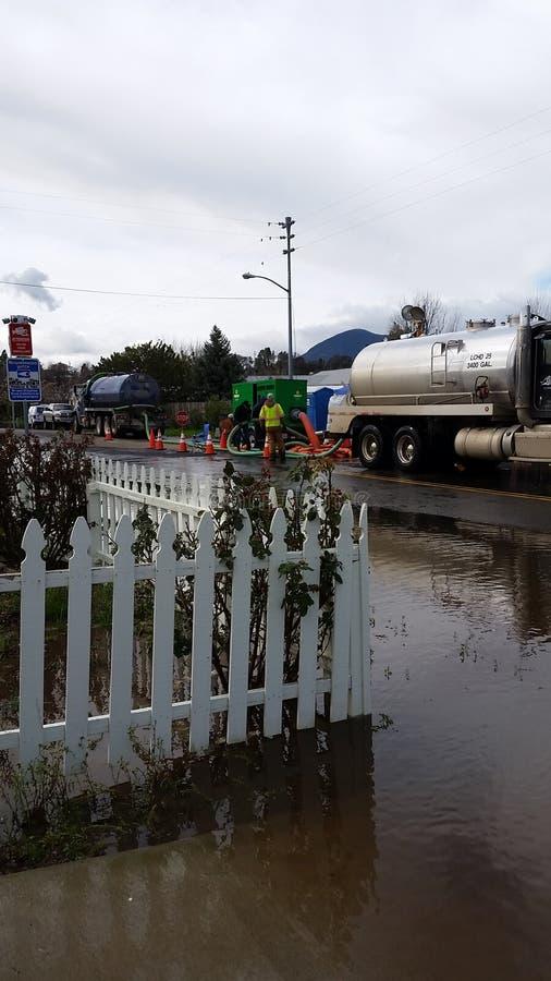 Rua inundada com caminhão de bombeamento fotografia de stock