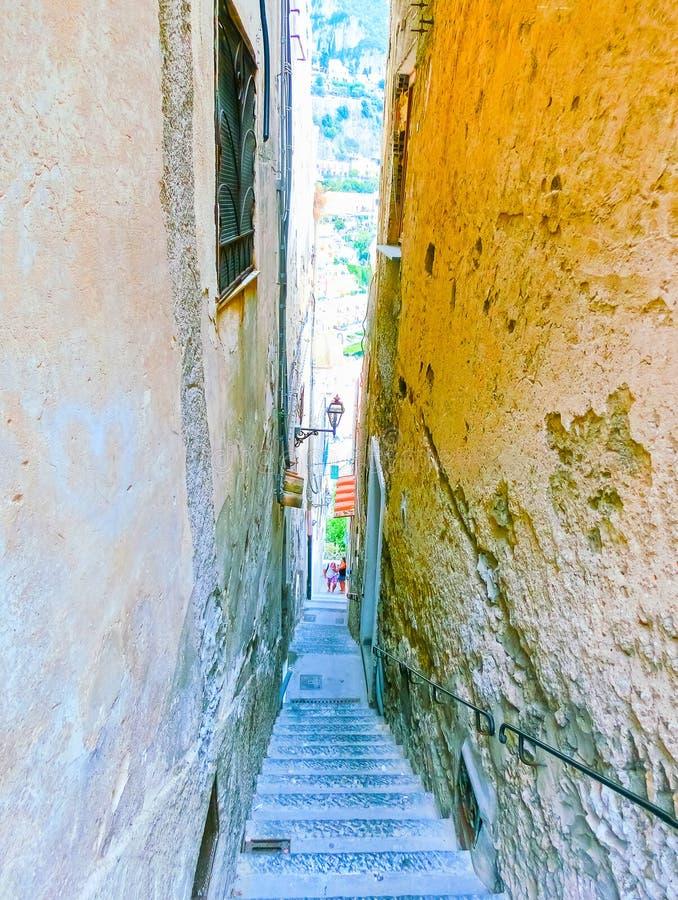 Rua italiana estreita em Positano, Itália imagens de stock