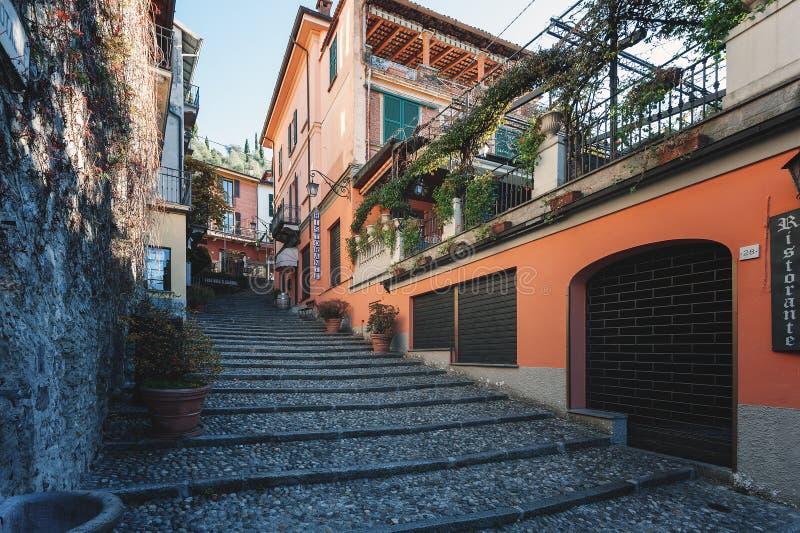 Rua italiana tradicional com as escadas do seixo na cidade do lago Como foto de stock royalty free