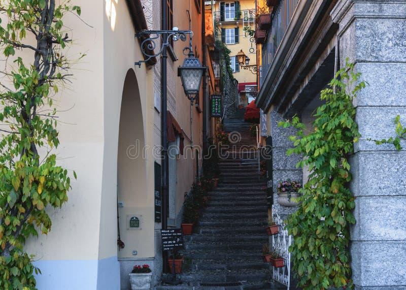 Rua italiana tradicional com as escadas do seixo na cidade do lago Como imagem de stock