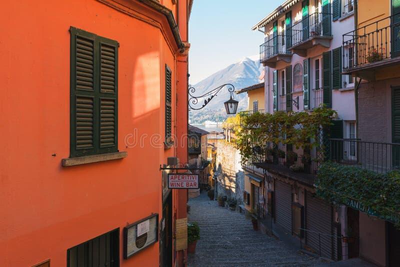 Rua italiana tradicional com as escadas do seixo na cidade do lago Como fotografia de stock royalty free