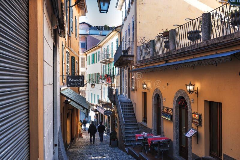 Rua italiana tradicional com as escadas do seixo na cidade do lago Como fotos de stock royalty free