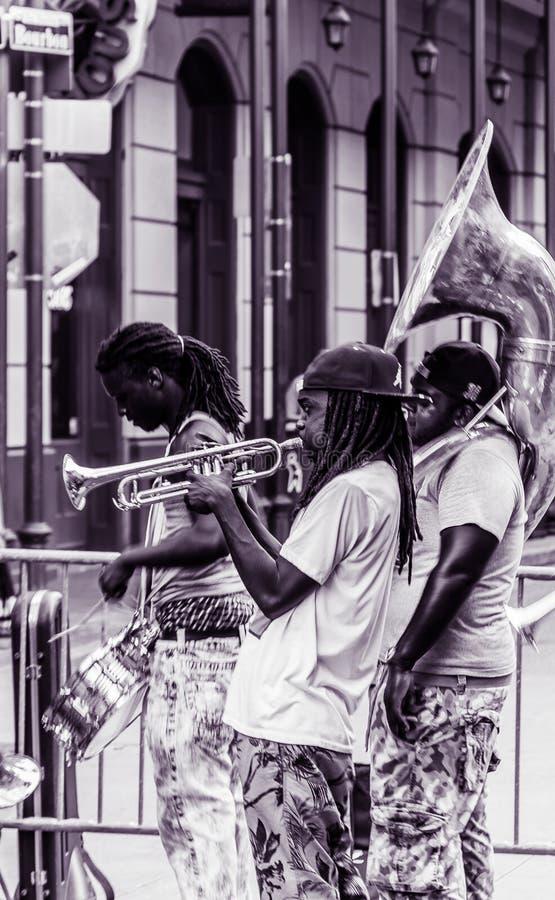 Rua Jazz Performers de Bourbon do bairro francês de Nova Orleães fotografia de stock