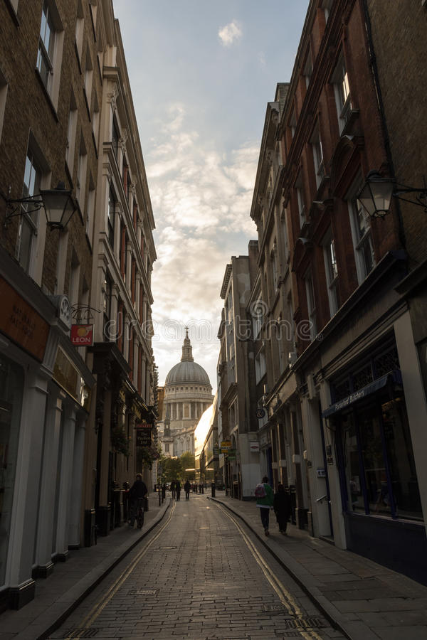 Rua Londres de Watling com St Paul ' catedral de s imagem de stock royalty free