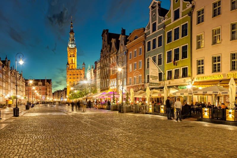 A rua longa da pista em Gdansk na noite imagem de stock royalty free