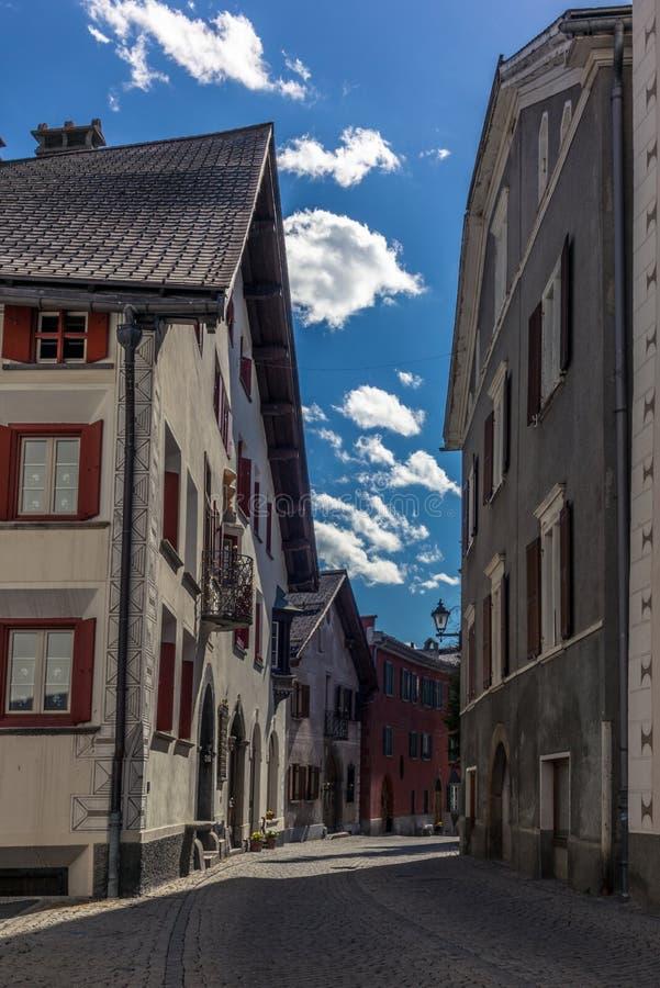 Rua medieval colorida em Samedan em Engadin foto de stock royalty free