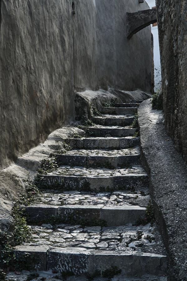 Rua medieval e escadas de pedra na cidade fotos de stock