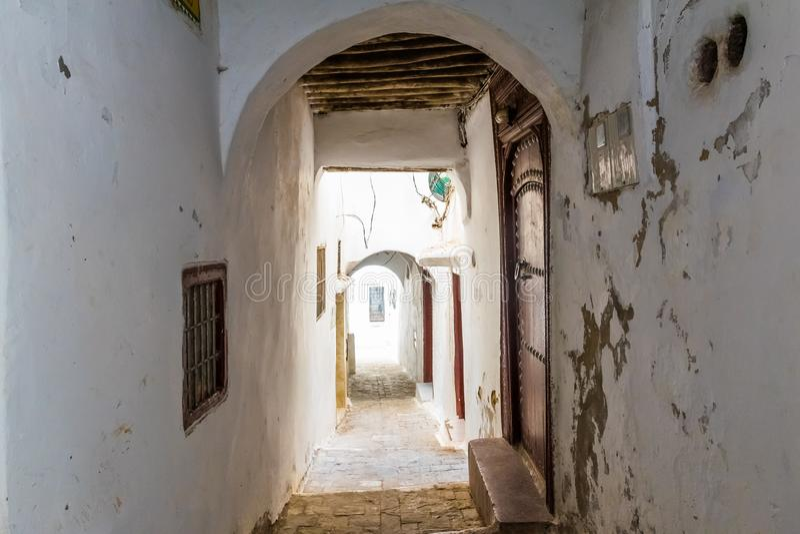 Rua medieval estreita no medina branco da cidade de Tetouan, Marrocos, África imagens de stock royalty free