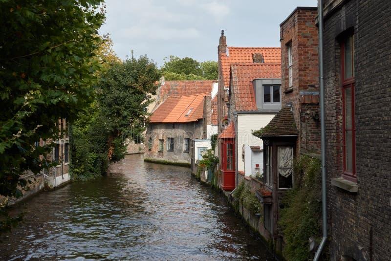 Rua medieval europeia no canal da água na cidade de Bruges fotos de stock royalty free