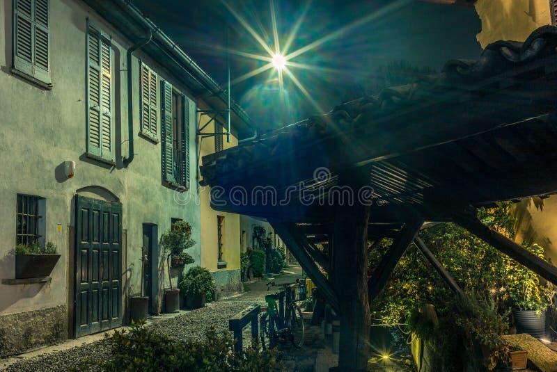 Rua medieval velha em Milão na noite - 2 fotos de stock
