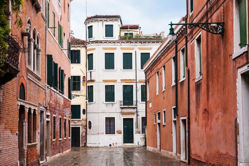 Rua molhada na cidade de Veneza na chuva fotos de stock