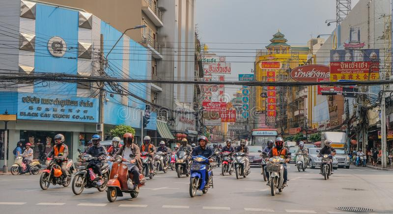 Rua movimentada com as motocicletas em Banguecoque fotos de stock