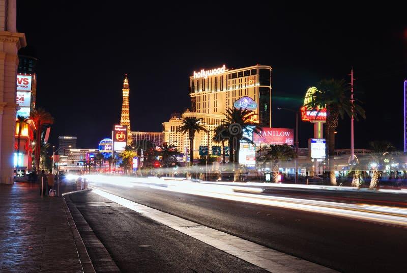 Rua movimentada com torre Eiffel, Las Vegas fotografia de stock