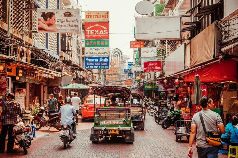 Rua movimentada da cidade de Banguecoque China - Yaowarat com o carro de Tuk Tuk imagens de stock royalty free