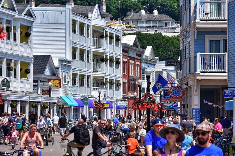 Rua movimentada dos turistas na ilha Michigan do mackinaw durante o verão imagens de stock royalty free