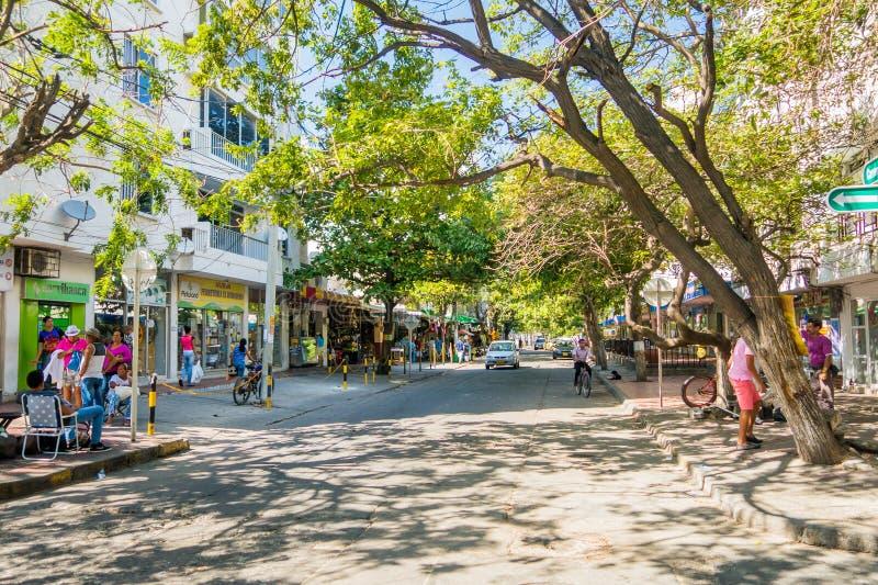Rua movimentada em Santa Marta, cidade das caraíbas imagens de stock