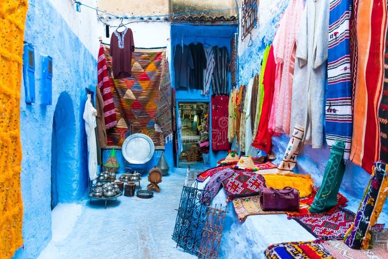 Rua na cidade azul medina em Chefchaouen, Marrocos, África fotos de stock royalty free