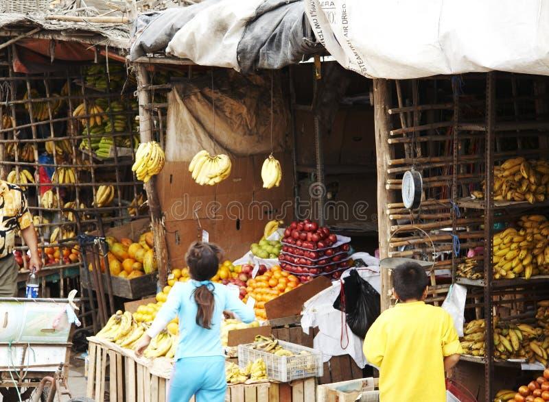 Rua na cidade peruana foto de stock