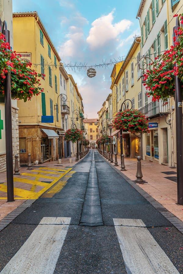 Rua na cidade velha Antibes em França foto de stock
