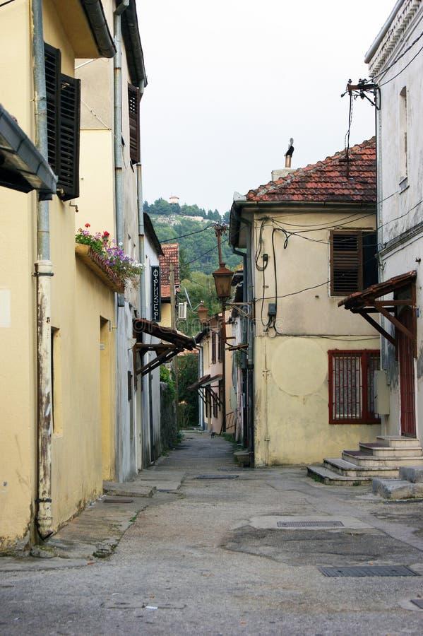 Rua na cidade velha de Trebinje foto de stock