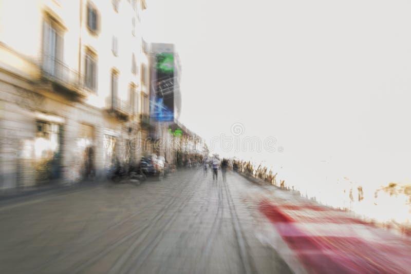 Rua na doca do Naviglio grandioso no centro de Milão fotografia de stock royalty free