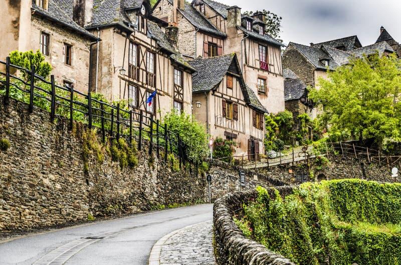 Rua na maneira acima na vila bonita de Conques imagem de stock