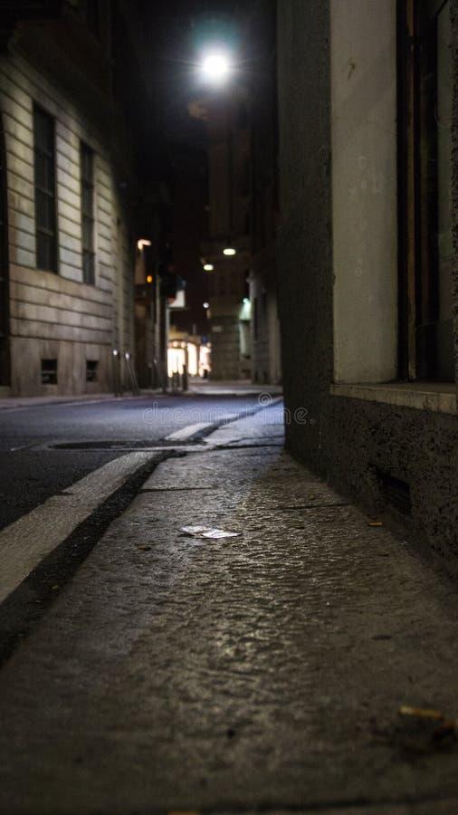 Rua na noite em Milão imagem de stock royalty free