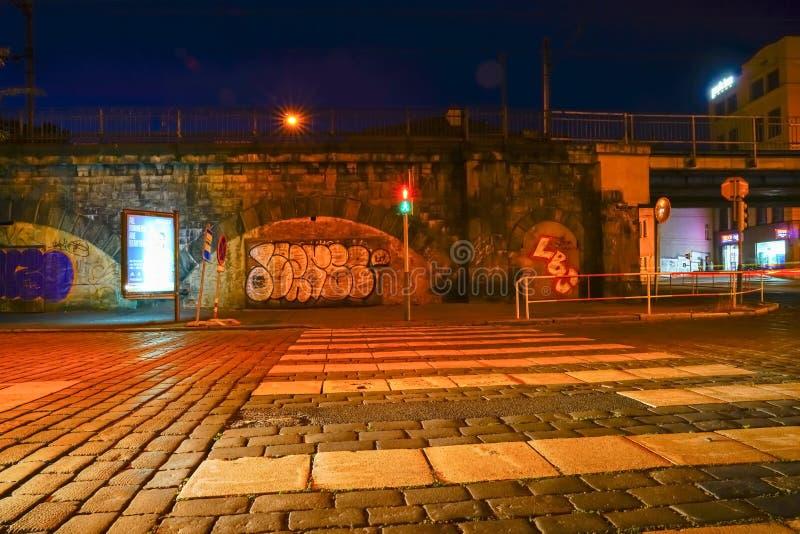Rua na noite fora da área suja velha da cidade com arte da rua fotografia de stock royalty free