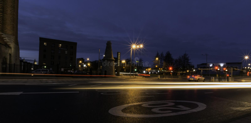Rua na noite - margem de Keel Wharf do rio Mersey, Liverpool, Reino Unido fotografia de stock
