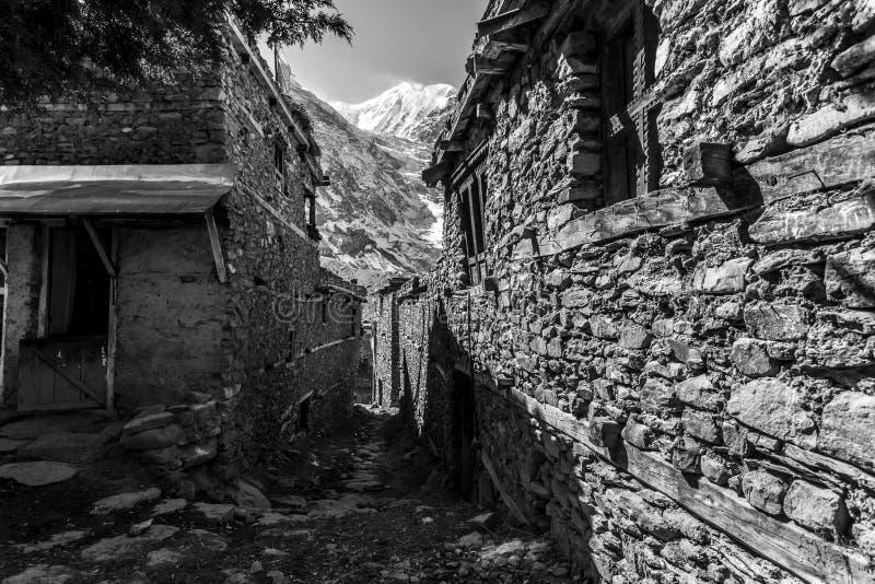 Rua na pequena aldeia de Manang, no Nepal, Himalaya, Annapurna Conservation Area imagens de stock