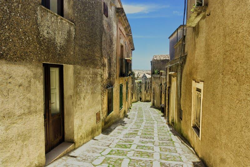 Rua na vila de Erice em Sicília, Itália imagens de stock