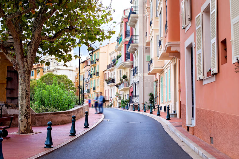 Rua na vila de Mônaco em Mônaco Monte - Carlo imagem de stock