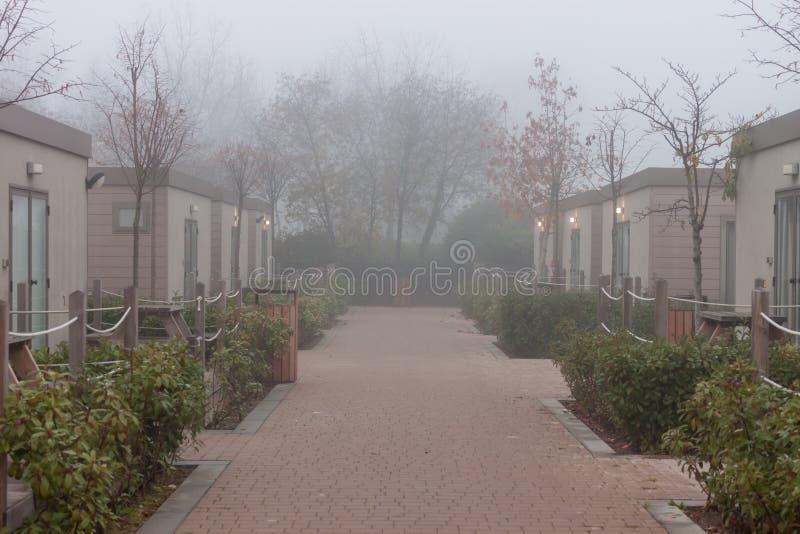 Rua nevoenta entre casas do acampamento imagens de stock