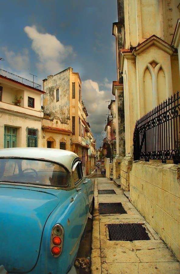 Rua no carro velho americano do whit de Havana fotos de stock royalty free