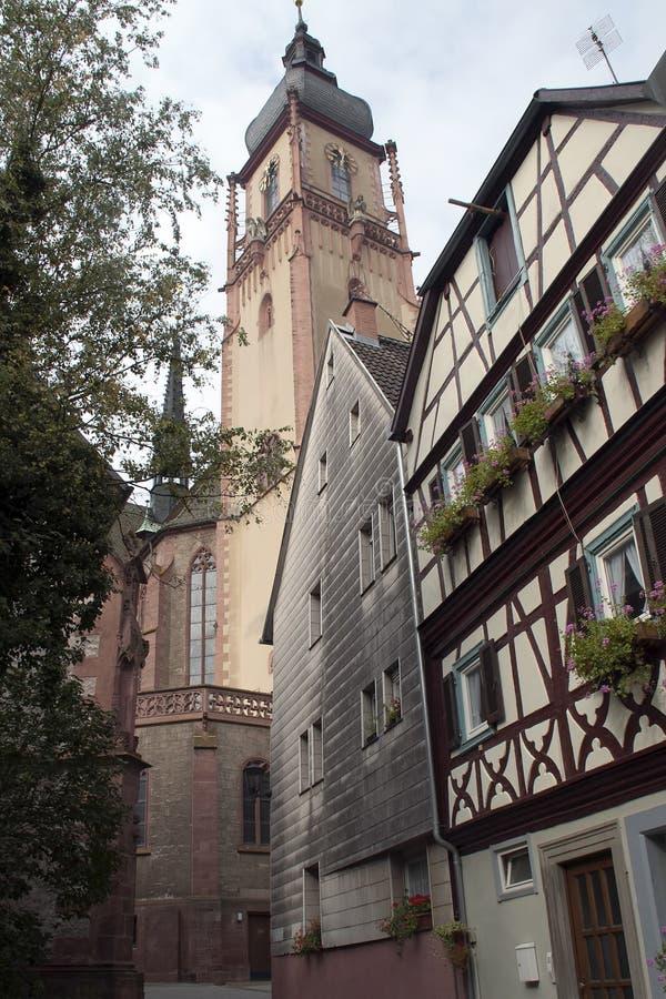 Rua no centro velho da cidade que olha acima na torre de igreja foto de stock