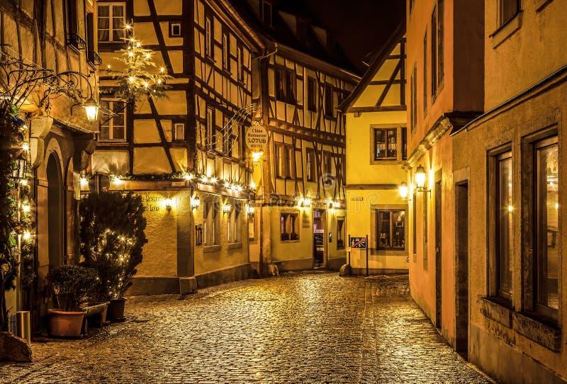 Rua no der Tauber de Rothenburg Ob antes do Natal na noite bavaria imagem de stock royalty free