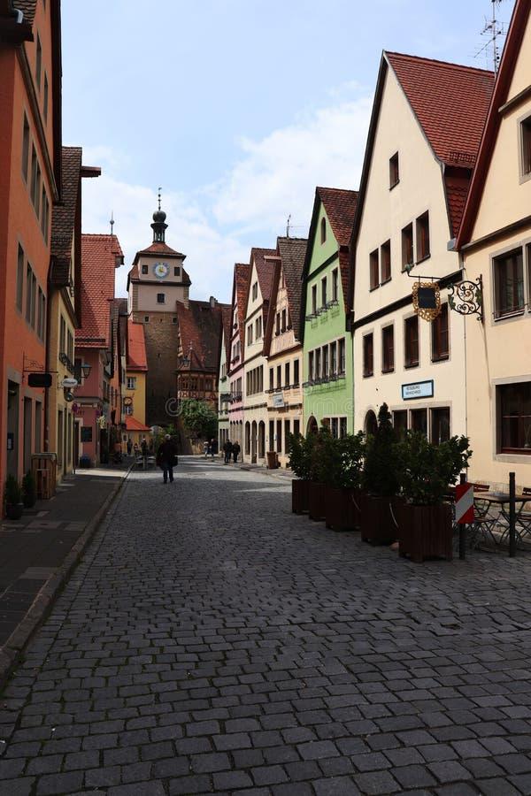 Rua no der Tauber do ob de Rothenburg, Alemanha com construções coloridas imagens de stock royalty free